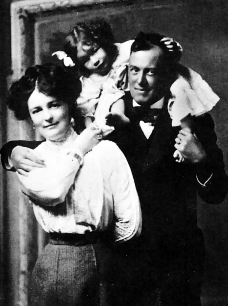 familia crowley - La Guía del Tarot